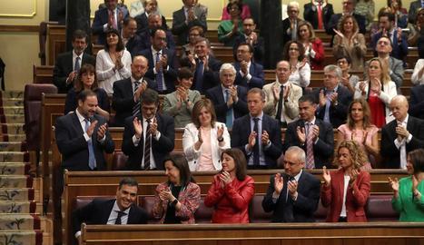 El grup socialista acompanyant Sánchez, ahir, al Congrés.