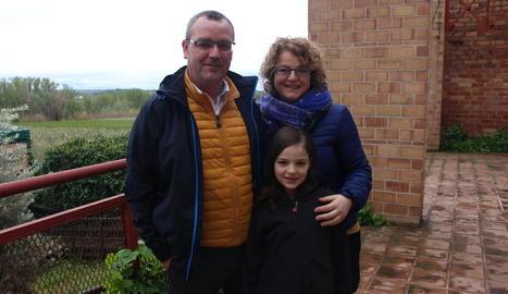 família de lleida. El Jordi i la Meri, amb la seva filla Júlia, a l'escola de Butsènit.