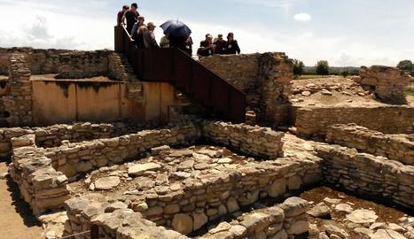 Un grup de visitants ahir en ple recorregut per la fortalesa ibèrica dels Vilars d'Arbeca.