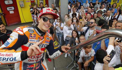 Marc posa amb els seus fans al fons abans d'entrar en el seu 'motor-home' al circuit de Mugello.