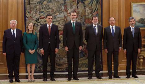 El president del Constitucional, Ana Pastor, Pedro Sánchez, el rei, Mariano Rajoy, Pío Escudero i el president del Tribunal Suprem.