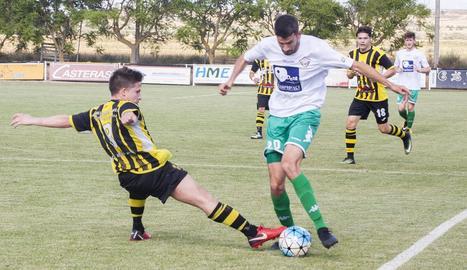 Un jugador del Balàfia intenta escapolir-se d'un defensor de l'Angulària en una acció del partit disputat ahir.
