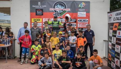 A la imatge, el podi i els participants en la categoria d'MX65.