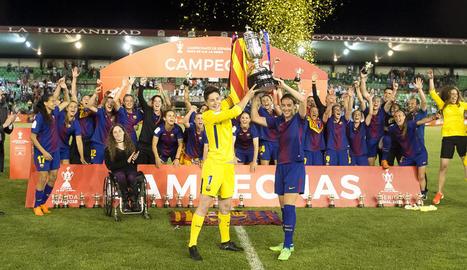 Moment en què les jugadores del Barcelona aixequen la Copa de la Reina, amb Rubiales a l'esquerra.