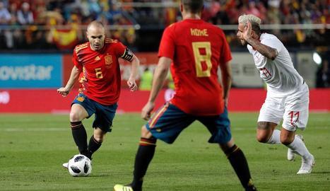 Andrés Iniesta condueix la pilota en una acció del partit d'ahir, en el qual Espanya no va passar de l'empat contra Suïssa.
