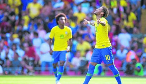 Neymar celebra el gol que va anotar ahir a l'amistós de Brasil contra Croàcia.