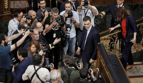 Sánchez, envoltat de fotògrafs després de guanyar la moció de censura.