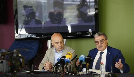 L'alcalde de Lleida, Àngel Ros, i el tinent d'alcalde Rafael Peris durant la presentació del balanç del maig festiu a la ciutat.