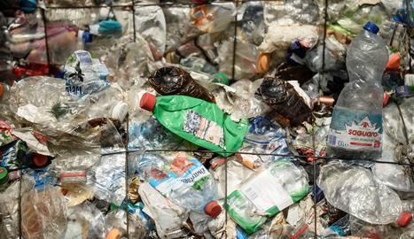 Organismes, empreses i ONG declaren la guerra al plàstic més enllà de les bosses