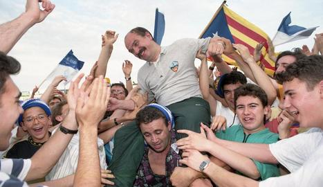 Aficionats passegen Mané a coll després del partit en el qual el Lleida va guanyar el Badajoz.