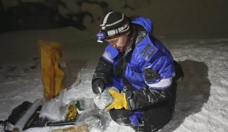 Yamal treballa en un experiment a la península de Samples.