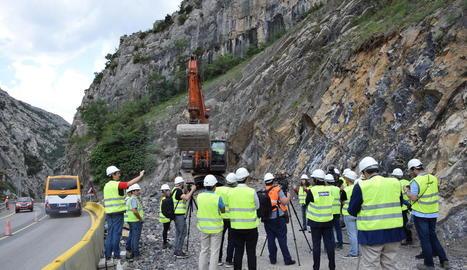Visita a la C-14 a Organyà, on va començar la perforació del túnel de Tres Ponts.