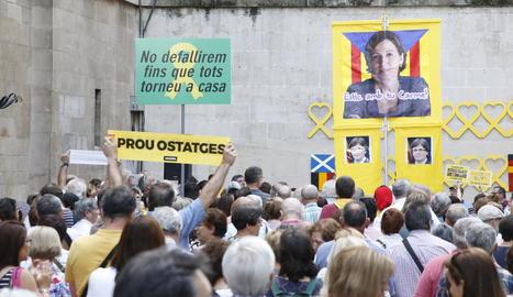 Els cantaires es reuneixen a la plaça Paeria per exigir la llibertat dels presos polítics.