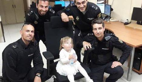 Agents de la Policia Nacional al costat de la menor.