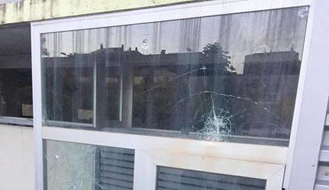 Una vidriera trencada de l'edifici.