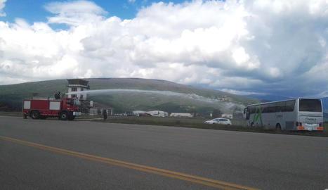 Simulacre d'accident entre un avió i un helicòpter a l'aeroport de la Seu