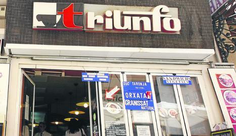 Imatge d'arxiu de la cafeteria Triunfo, que va tancar fa deu anys i on després va obrir una botiga de telefonia.