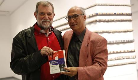 Josep M. Sala-Valldaura i Vicenç Altaió van presentar ahir l'obra a la Fundació Vallpalou de Lleida.