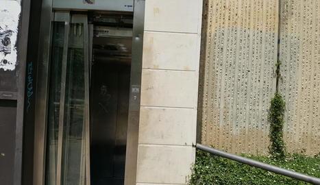 L'ascensor de la Serreta, amb la porta trencada.