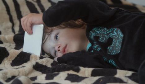 Un fotograma del documental que aborda la creixent addicció a les pantalles.