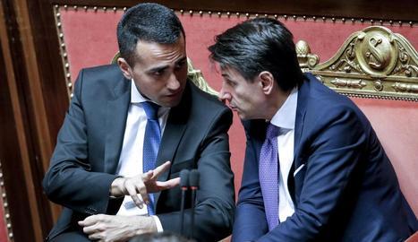 Giuseppe Conte (dreta) conversa amb el líder de l'M5E al Senat de Roma.