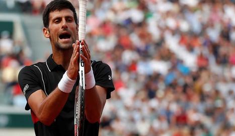 El tenista serbi es lamenta per l'eliminació davant de Cecchinato.