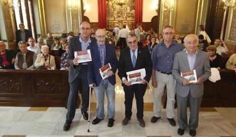 Vidal Vidal, Frederic Vilà, l'alcalde Àngel Ros, Xavier Goñi i Lluís Pagès, ahir a la Paeria.