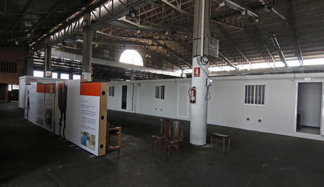Els mòduls instal·lats a l'interior del pavelló 3 de la fira per atendre els temporers i, a la dreta, les dutxes que s'hi han habilitat.