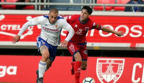 Jorge Marcos Pombo disputa la pilota amb el defensa del Numància Markel Etxeberría.