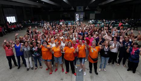 Fotografia de les participants ahir en l'Aplec de les Dones, celebrat al pavelló 4 de Fira de Lleida, amb l'organització del Casal de la Dona i la Paeria.