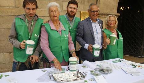 L'Aecc va instal·lar ahir una trentena de taules per tota la ciutat amb més de tres-cents voluntaris.
