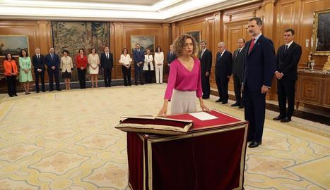 La ministra d'Administracions Territorials, Meritxell Batet, promet el càrrec davant el rei al palau de la Zarzuela.