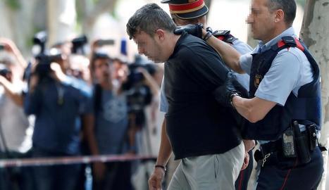 Imatge del trasllat del presumpte assassí de la nena de 13 anys per part dels Mossos.