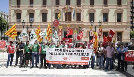 Una trentena de treballadors de Correus es van manifestar davant de la subdelegació del Govern.