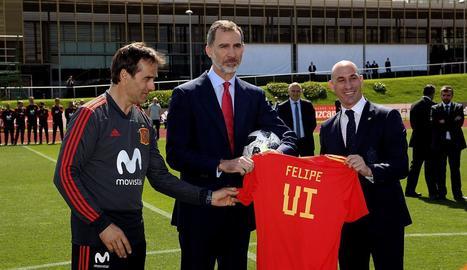 Felip VI va rebre una samarreta de mans de Lopetegui i Rubiales.
