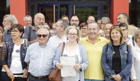 Una vuitantena de persones han acompanyat Burrell a la comissaria dels Mossos d'Esquadra de Lleida en el moment de posar la denúncia.