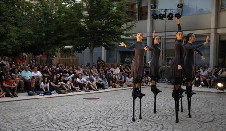 Ballarines sobre xanques homenatgen les dones a Lleida a 'Mulïer'