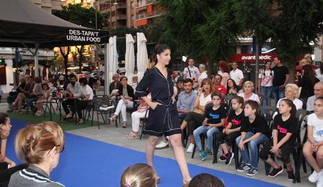 La sessió de zumba a la plaça Ricard Viñes va ser una de les activitats que van amenitzar la Nit Oberta, en què moltes botigues van oferir piscolabis.