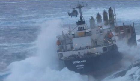 Un vaixell encallat, un dels riscos més grans per al mar.