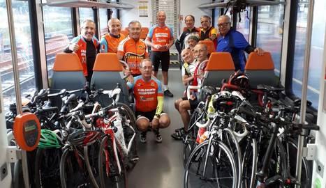 Ciclistes del club Terra Ferma de Lleida, al maig al tren.