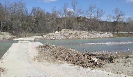 La grava i sediments en el pas de Tercui sobre el riu.