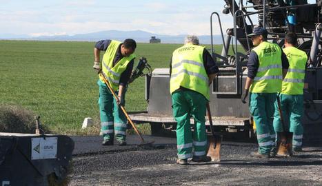 Operaris treballen en una carretera lleidatana.