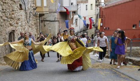Els balls tradicionals van omplir ahir el centre de la Seu d'Urgell.