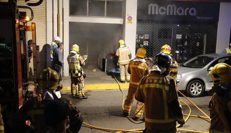 Bombers van treballar a última hora d'ahir en l'incendi del carrer Torres de Sanui.