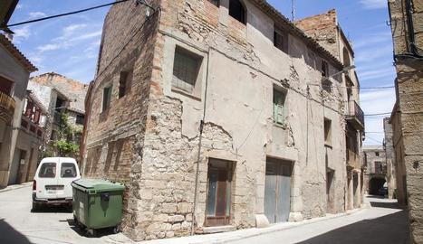 Imatge de l'antiga casa ubicada davant del consistori.