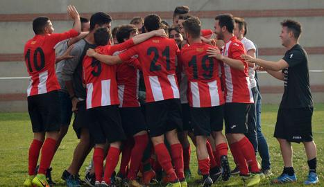 Els futbolistes del Puigvertenc celebren el pas a la final del Pepito Esteve, ahir a Ponts.