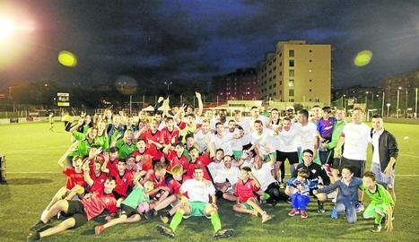 La plantilla del Balàfia, ahir celebrant l'ascens a Segona Catalana amb l'afició després de derrotar l'Angulària.