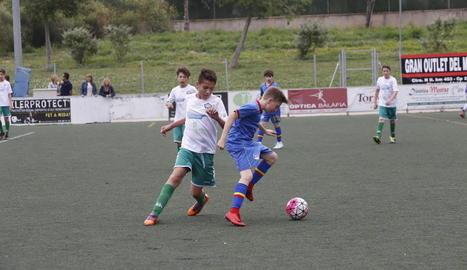 Un jugador del Balàfia i un de l'Andorra, ahir en la final del III Memorial Josep Calderó.