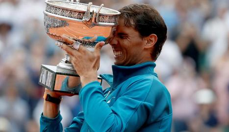 El balear celebra la conquesta de la seua onzena corona de Roland Garros.