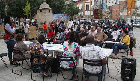 Desenes de persones van assistir a l'acte a la plaça del Dipòsit.